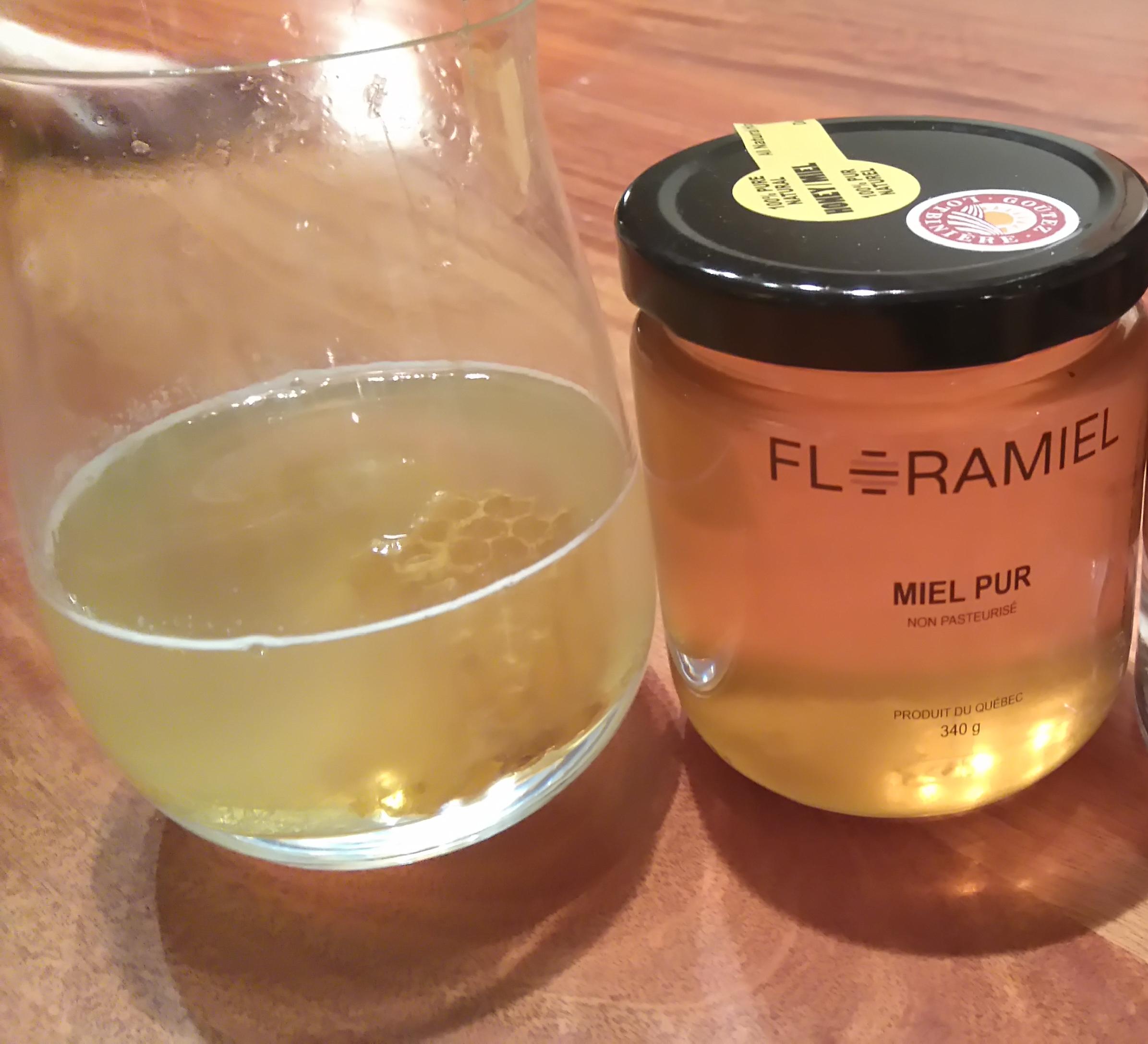 Bee's knee avec miel d'automne et rayons de miel